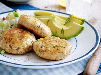 Zalmburgers met avocado en aardappelsalade