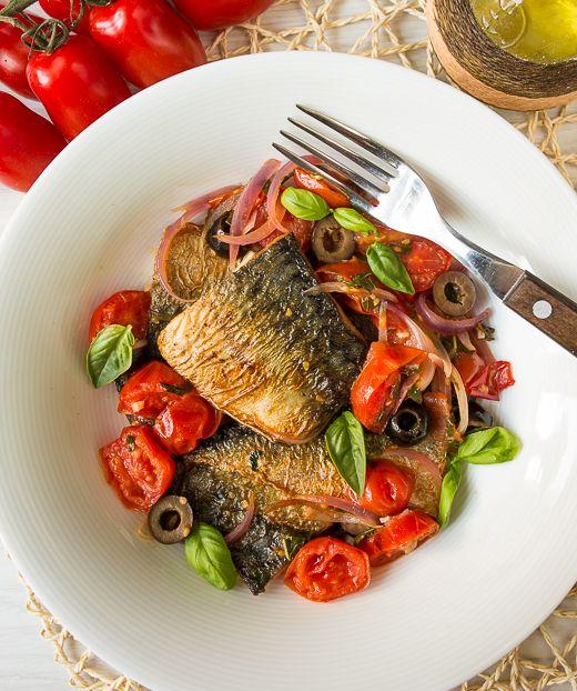 Сегодня я предлагаю вам забыть, что скумбрия - это дешевая пролетарская рыба. При правильном подходе она очень и очень вкусная. И разнообразная. В сегодняшнем рецепте, например, она отлично находит контакт с белым вином и помидорками черри. Результат - вкусное, сочное и очень аппетитное блюдо.Здесь вы можете использовать другую рыбу - например, более дорогую дораду или [...]