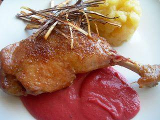 Muslo de pato confitado con salsa de ciruela roja, pure de manzana y crujiente de puerro. Paso a paso