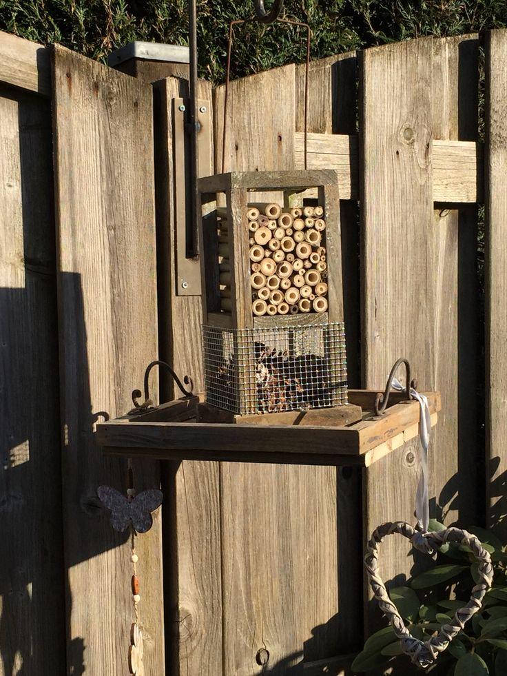 Insecten hotel gemaakt van afval hout.