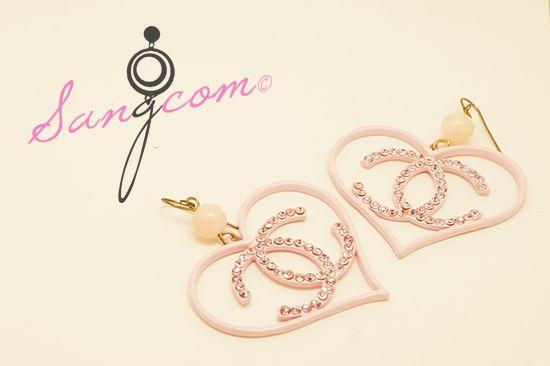 cha★★★★ st 핑크 큐빅 이어링 핑크 색상의 바디와 로고를 따라 박혀있는 큐빅이 전체적으로 러블리한 분위기를 연출하고 있는 제품입니다. #상콤#sangcom#귀걸이#이어링#earring#명품스타일