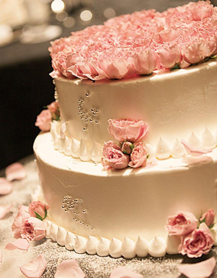 一面にお花を敷き詰めたロマンチックなケーキ