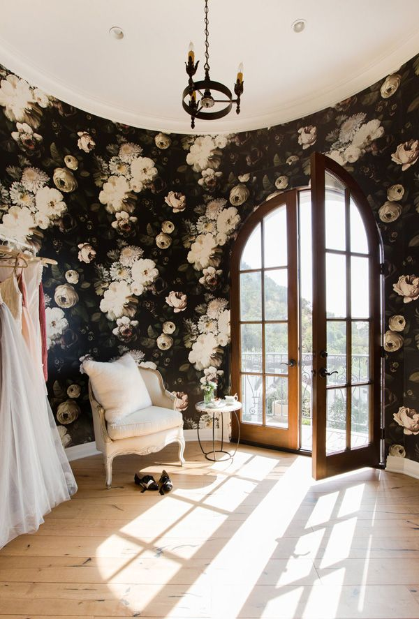 floral wallpaper | A casually elegant Pacific Palisadeshome - desire to inspire - desiretoinspire.net