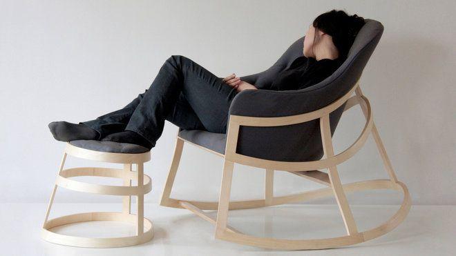 constance guisset Dancing chair est une chaise à bascule accompagnée de son repose-pieds. Ce prototype imaginé en 2007. En bois avec coussin d'assise en tissu amovible. Aide à Projet VIA en 2009.