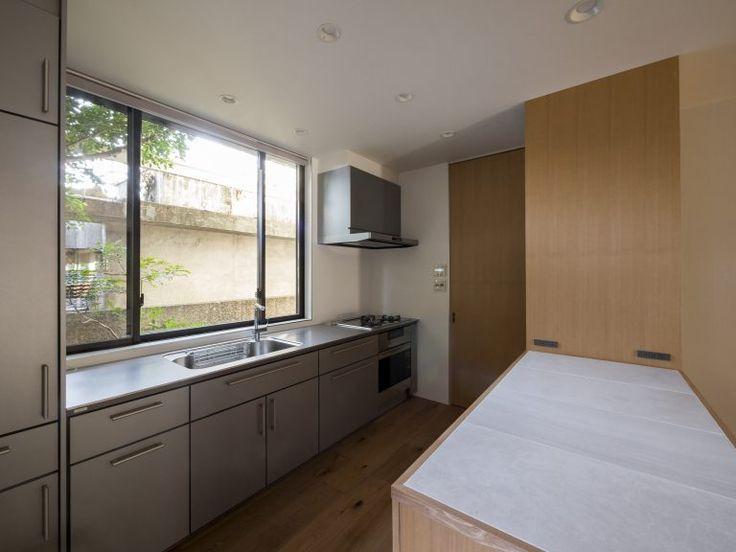 世代交代した家 となり タイルを張ったキッチン作業台 キッチン