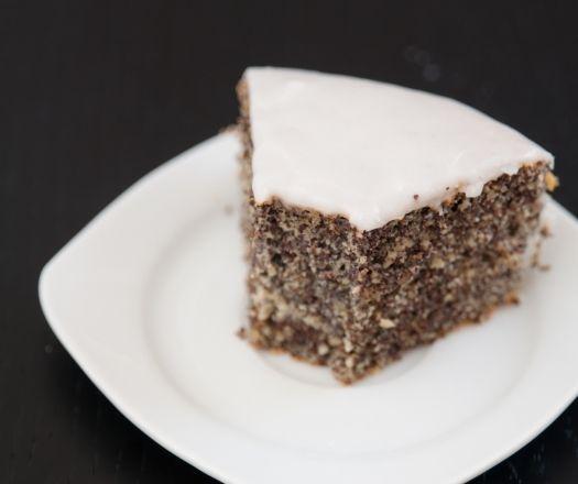 Bár a mákos desszertek egész évben a kedvenceink, az év vége felé mégis kiemelt szerepet kap a mágikus mák.  Igaz, a bejglisütésre még egy kicsit várni kell, azért számtalan sütit, pitét, tortát és krémet tölthetünk a kis fekete szemekkel. Össze is gyűjtöttük gyorsan a kedvenc vele készülő desszertjeinket.