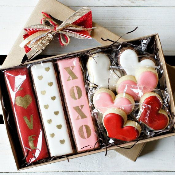 This is a MADE TO ORDER item. Please allow 7 business days after receiving payment for creation and shipping. I will let you know should we deviate from our standard shipping schedule. • This set combines comfortable classics with sleek modern designs. Familiar red, white, and pink hearts get an extra boost from our sharp new cookies sticks. Bold lettering and mini hearts in beautiful gold are sure to make your Valentine's Day message really pop. This set comes packaged in a window-topped…