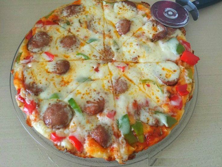 Tavada Pratik Pizza Tarifi İçin Malzemeler 1 adet yumurta, 3 yemek kaşığı yoğurt, 1.5 yemek kaşığı zeytinyağı, 3 Türk kahve fincanı un, Yarım paket kabartma tozu, Tuz. Üzeri