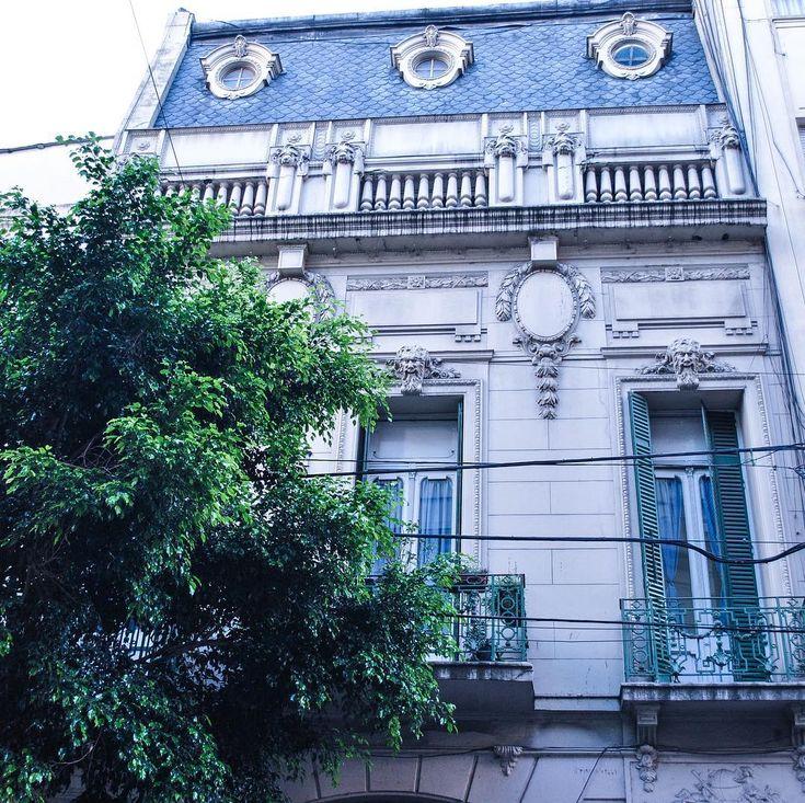"""""""La arquitectura es el juego sabio, correcto y magnífico de los volúmenes bajo la luz"""" - Le Corbusier . . . . . . .  #arquitectura #quote #volumenes #sabio #juego #barrio #buenosaires #detalles #luz #picoftheday #light #viernes #enero #verano #palermo #recoleta #verde #arbol #hojas #summer #magnifico #lecorbusier #esplendido #estructura #frases #escondido #BA #ciudad #mirandabosch"""