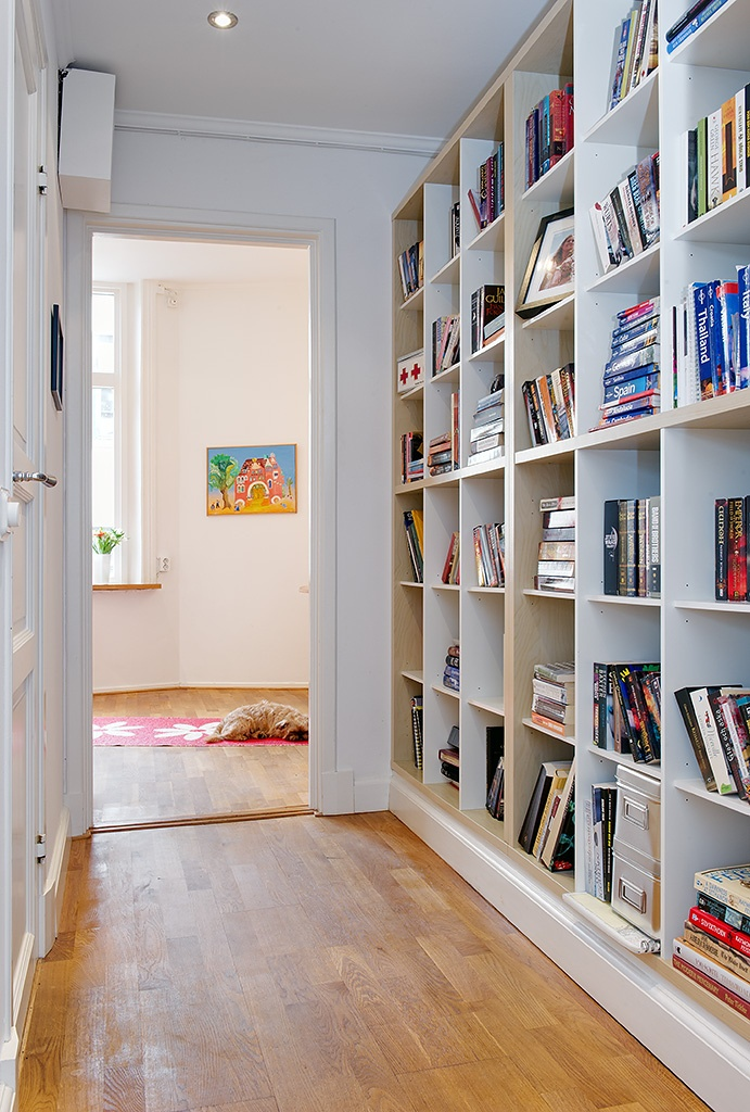 A hallway library?  Yes, please.