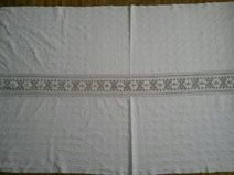 """Produkttitel: Antique romanian handwoven tablecloth - Shopname: Port Traditional Romanesc  Impressive vintage hand woven tablecloth originated from Transylvania. The tablecloth also has hand embroidery with white thread in geometri traditional design.  The tablecloth is in a very good conditionat and ready to be used.  Dimensions:  Width: 84""""  Height: 44""""  We encourage you to ask all of your questions before purchasing any product."""