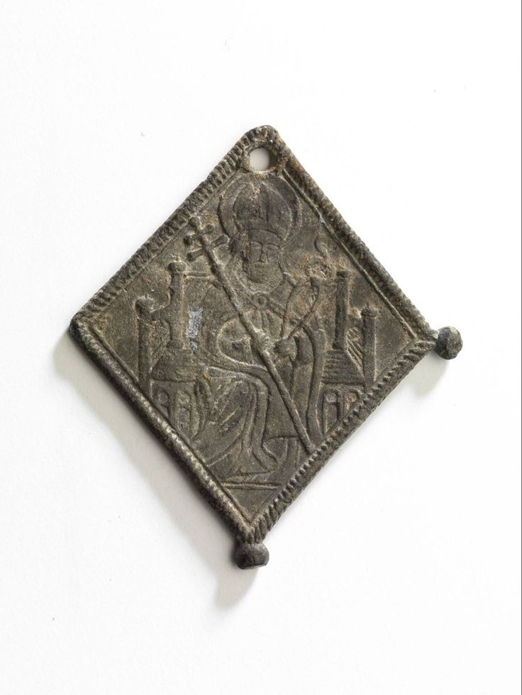 pilgrim badge 1400 - 1500 Dimensions w. 3.5 x l. 3.9 cm Material and technique pewter-lead alloy