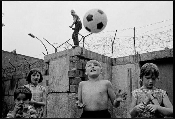 children living along the berlin wall, ddr   foto: thomas hoepker