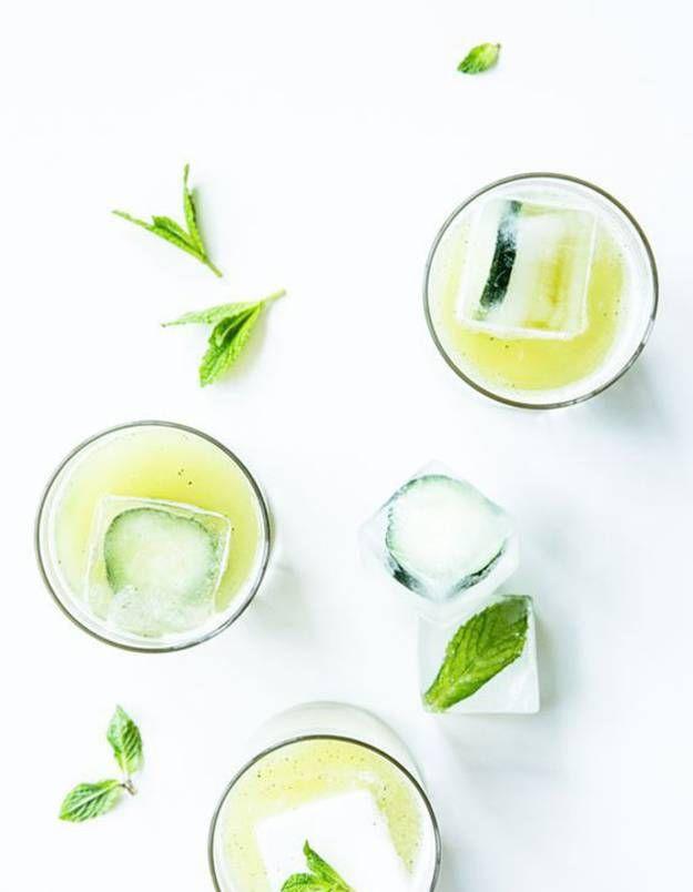 Une boisson rafraîchissante et légère originaire du Mexique qui a tout bon pour faire un carton..Healthy et sans alcool, l'agua fresca est littéralement une eau fraîche. Mais pas que, elle est en réalité, bien plus que ça ! Savante combinaison de fruits frais infusés dans un bain d'eau, l'agua fresca est naturellement rafraîchissante et légère. Boostée avec des fleurs, des graines, des plantes, des glaçons et un peu de sucre, elle se sirote avec plaisir tout au long de la journée.