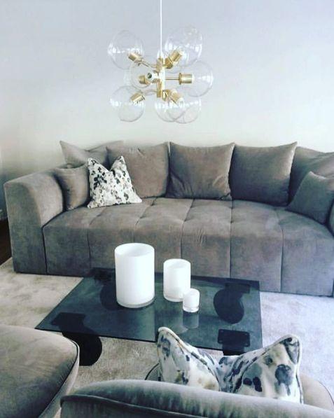 Grå Grizzlyn bäddsoffa. Soffa, bädd, silver, djuphäftad, smart förvaring, compact living, säng, vardagsrum, sovrum, djup, rymlig, möbel, möbler, inredning.
