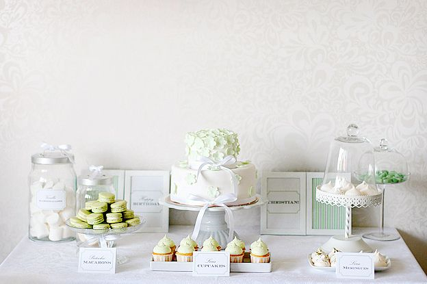 aesthetic impact, simplicity, cake stands, cake surrounded by cupcakes // Dessert table by Call me cupcake