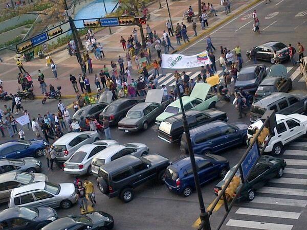 """27 de mar. de 2014 / """"5:40 pm Manifestantes comienzan a trancar en Altamira, carros """"Accidentados"""" #27M"""""""