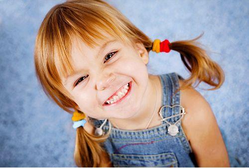 Η καθυστερημένη εμφάνιση των δοντιών   Η κανονική ανατολή των δοντιών είναι πρωταρχικής σημασίας για τους οδοντιάτρους. Ανατολή είναι η διαδικασία η οποία προκαλεί το δόντι να κινηθεί από την αρχική θέση του στο οστούν, στην τελική του θέση στο στόμα.  Θα πρέπει να αντιστοιχεί με την ανάπτυξη των σιαγόνων. Αν και αποκλίσεις από την κανονική ώρα της ανατολής παρατηρούνται συχνά στην κλινική πράξη,... Δείτε περισσότερα