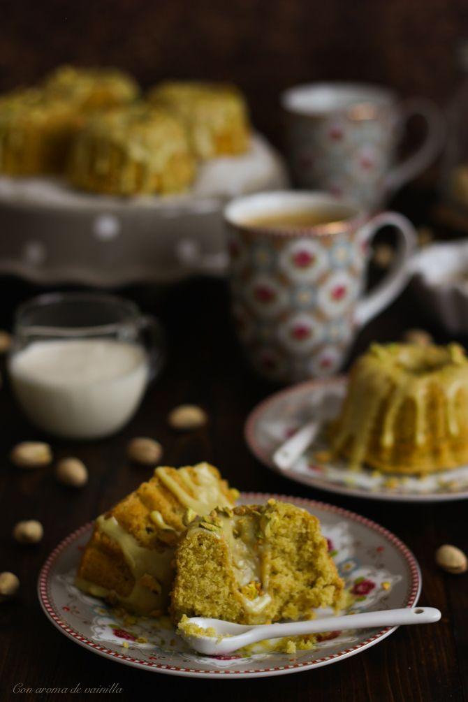Mini bundt cakes de pistacho y chocolate blanco