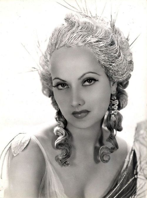 the incredibly beautiful Merle Oberon (1911-1979) as Lady Blakeney - in The Scarlet Pimpernel - film - 1934