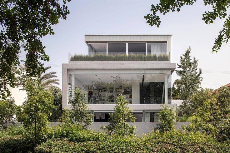 Concrete Cut by Pitsou Kedem / 以色列 Ramat Gan 三層樓混凝土私宅,頂樓跟一樓以白色半透玻璃板 ( translucent glass planks ) 為部分外牆,保有隱私之外也能讓光線柔和地注入室內。中間的樓層則以厚實的清水模搭配無框的透明玻璃,是室內主要的採光來源。