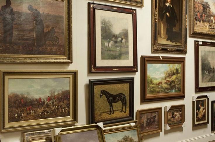 Decoratie tip: De muur vol hangen met nostalgische schilderijen met oude klassieke omlijstingen. In onze woonwinkel op de decoratie afdeling vind u veel Britse en Nederlandse landelijke schilderijen met diverse thema's als jacht, landleven, portretten, etc.