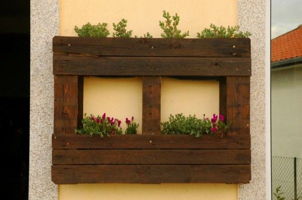 salad planter2 600x398 Vertical pallets used as planters on an outdoor wall in garden diy  with Vertical Planter pallet