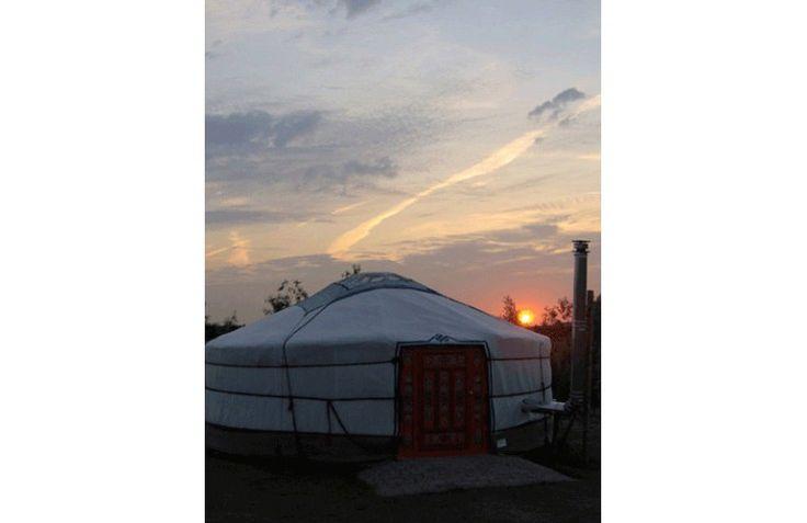 Bijzonder overnachten in een yurt tent op Boerencamping De Kermisrose. Geschikt voor het hele gezin!