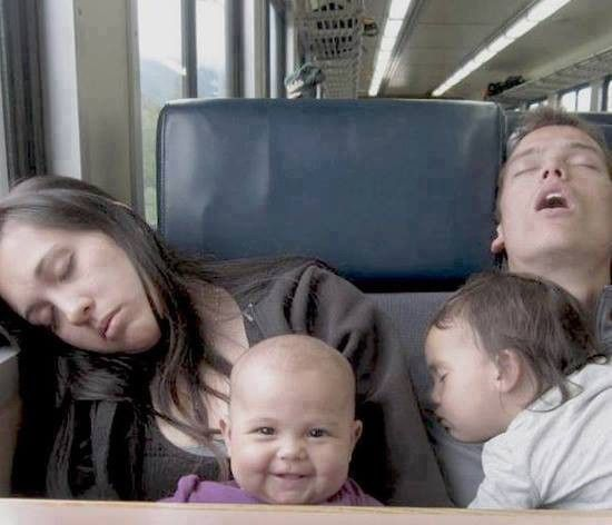 Nieuwe Ouders Die Hun Strijd Tegen De Slaap Overduidelijk Hebben Verloren