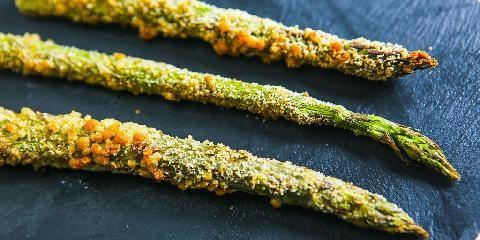 Sprø asparges med parmesan - Asparges blir suverent godt når den får følge av parmesan.