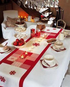 Chemin de table en bouts de tissus rouges et blancs en patchwork et flocons appliqués                                                                                                                                                                                 Plus