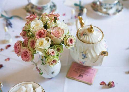 Vintage servies met roze bloemen