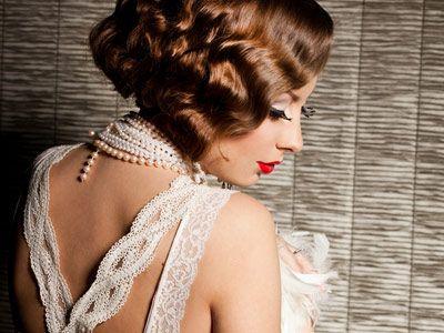 Sexy con il burlesque - Non trascurate l'acconciatura. Lo stile burlesque prevede chiome voluminose, ondulate o raccolti in chignon arricchiti da forcine e strass. Per chi ha i capelli a caschetto, sono ideali le onde tipiche delle ballerine del Charleston
