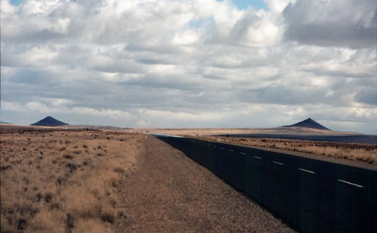 Strade perfettamente mantenute si perdono nelle lontananze desertiche