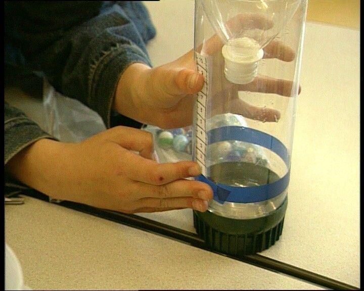 In dit filmpje leer je hoe je zelf een regenmeter kunt maken, zodat je kunt meten hoeveel regen er is gevallen.