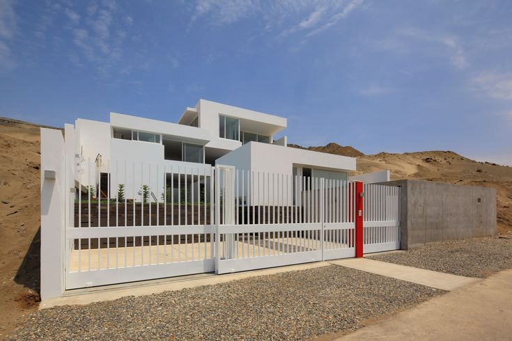 Modern Home Fence Design | Noticeable Modern Fence Design Idea Using White  Exterior Color With ... | Privacy Fence Ideas | Pinterest Part 70