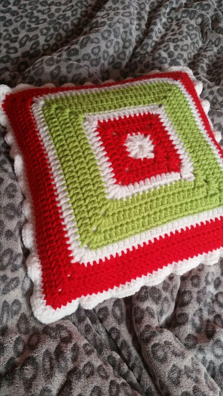 Kissenbezug selbst gehäkelt in rot/grün/weiß. Noch mehr Wohndeko bei madebyeve.dawanda.com