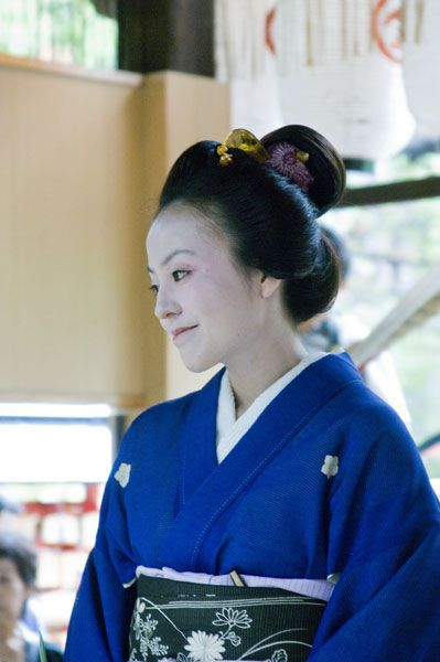 「丸髷」。江戸時代前期から近代までの代表的な女髷。勝山髷とも。武家の奥方に多く結われた。明治以降一般化した。(江戸時代後期、武家既婚→町人既婚)