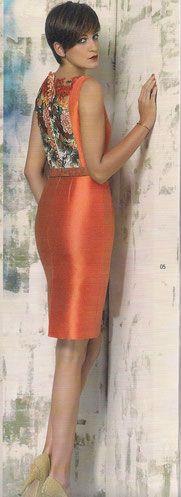 Vestido ceremonia colección Rose Cotillard de jacquard geométrico color naranja y guipur estampado pavo real  en la espalda