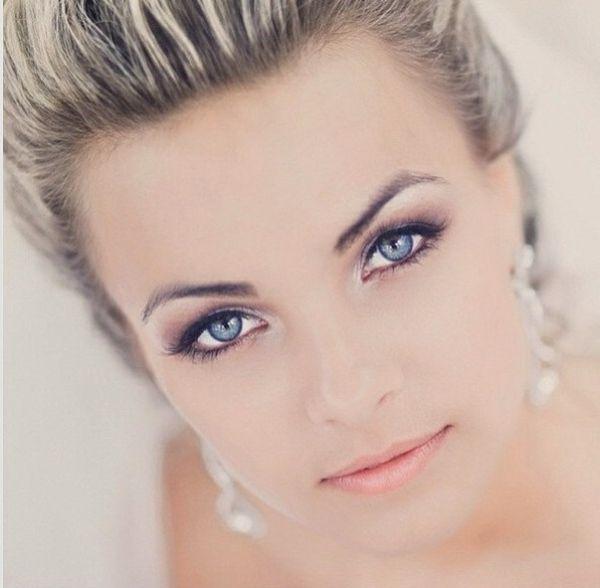 Augen schminken rosa Lippenstift lila Lidschatten Haar