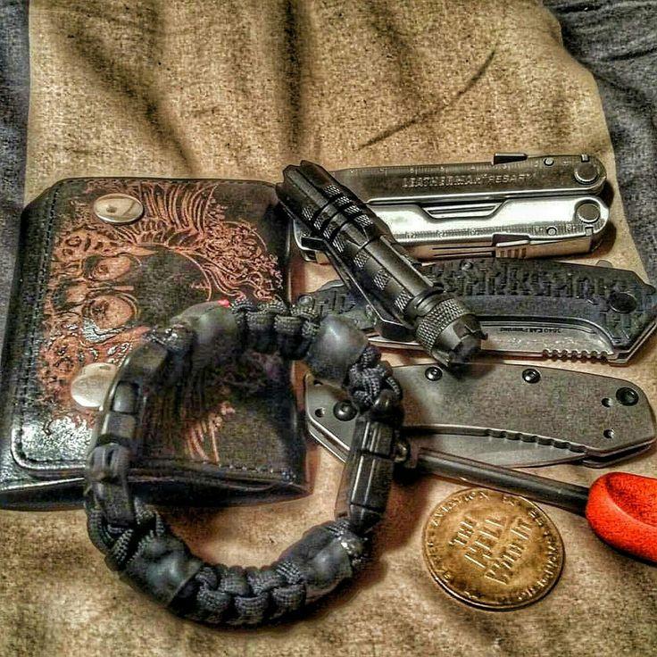 the edc prepper paracord bracelet survival kit equipped with led light fire starter knife. Black Bedroom Furniture Sets. Home Design Ideas
