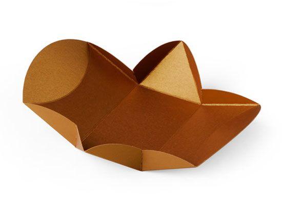 Una scatola regalo per inviti che sorprende per la sua originale forma. Ideale per bomboniere di nozze ed eventi: conquista i tuoi invitati!