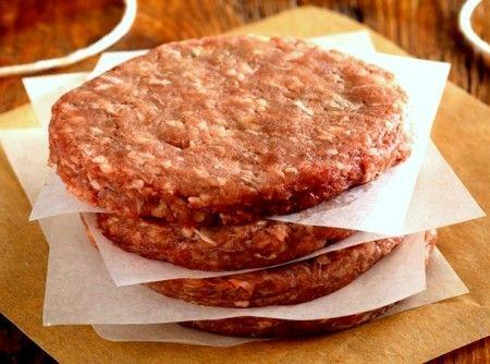 Receita de Hambúrguer Caseiro - 1 kg de patinho moído ou coxão mole, 300g de linguiça calabresa, 1 pacote de creme de cebola, 1 ovo, Sal e pimenta do reino...