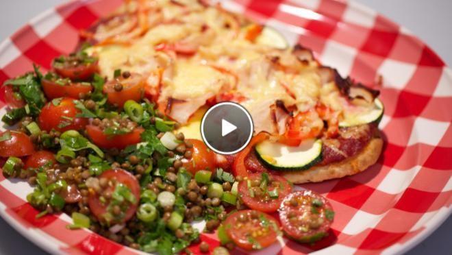 minuten.Voeg de gezeefde tomaten toe, breng de saus aan de kook en laat circa 5 minuten koken. Breng op smaak met een beetje zout.Halveer de paprika in de...