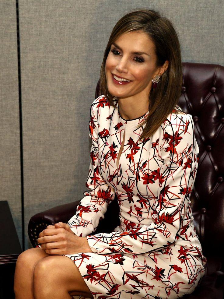 Carolina Herrera fue también la diseñadora elegida por la Reina para su reunión con la directora general de la OMS, Margaret Chan, en Nueva York. El otoñal vestido cuesta 1.300 euros.