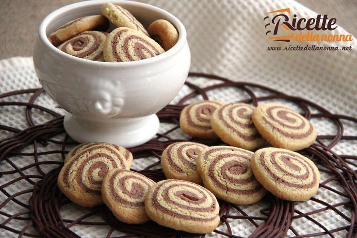 Questi biscotti sono fatti senza burro e con poco olio: vengono naturalmente un pò più secchi del normale ma sono estremamente più leggeri e adatti a ch