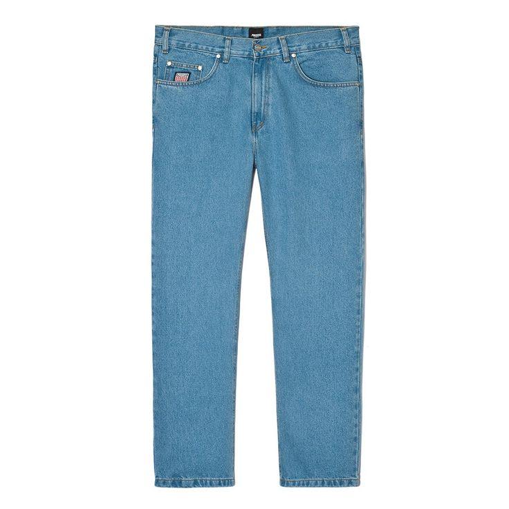 """Spodnie Jeansowe FLAVOUR LIGHT BLUE Spodnie jeansowe skrojone w stylu """"loose fit"""" zapinane na suwak, z małym haftem PROSTO na prawej nogawce. Z przodu na małej kieszonce naszyta metka Klasyk. Na tylnych kieszeniach wyhaftowane logo Prosto. Dodatkowymi elementemi ozdobnymi spodni jest mnóstwo małych detali, m.in: ekologiczna skórka z logo PROSTO na tylnej części paska czy wytrzymały suwak YKK."""