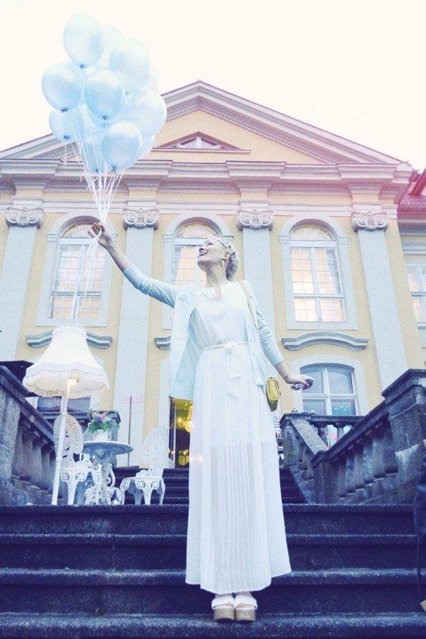 Die deutsche Mode-Bloggerin Kathrin kommt aus Lüneburg und hat ihren Blog Nie wunschfrei genannt. Der Look, den wir hier sehen, lässt eher keine Wünsche offen. Ein weißes Plisseekleid trifft auf einen mintfarbenen Cardigan (beides von Zalando Collection) und weiße Plateau-Sandalen (von H&M). Dazu eine kleine, gelbe Tasche und eine süße Flechtfrisur, fertig ist der Look!