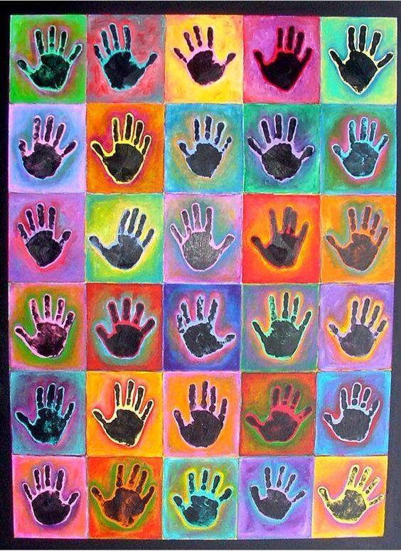Kunst. Hand met zwarte verf en dan ecoline erover. We slaan de handen in elkaar!