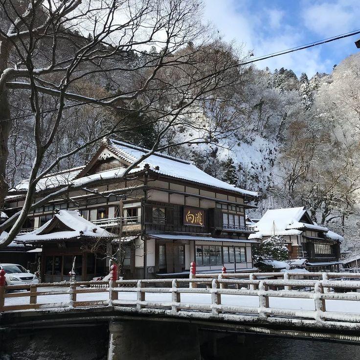 おはようございます 山の向こうには青い空が見えている晴れの会津です雪警戒したほど降らず平常通りの冬の朝です雪見ろうそくにはもうチョッと降って欲しいのですが連日沢山のお客様にお楽しみいただいております当然ですがpenの表紙と同じって感想が多いです  #travel #japan #amazing  #landscape #写真好きな人と繋がりたい #日本 #ファインダー越しの私の世界 #gardening #写真撮ってる人と繋がりたい #team_jp_ #icu_japan  #lovers_nippon #wu_japan #温泉 #japantrip #instajapan #hotsprings #nippon #nihon #ilovejapan #japanfocus #雪見ろうそく #旅館 #ryokan #会津 #aizu #会津若松 #mukaitaki #向瀧 #東山温泉